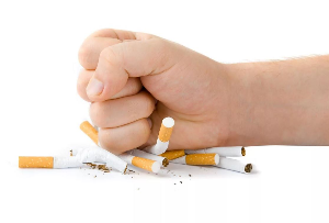 кулаком ломают сигареты