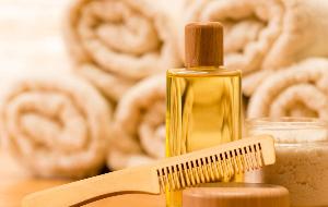 масло в бутылочке, гребень и полотенца