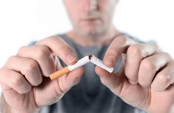 мужчина ломает сигарету
