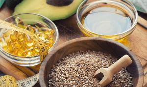 капсулы с маслом, семена льна, сантиметр и льняное масло