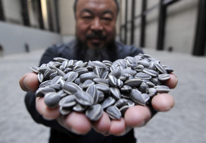 мужчина держит семена подсолнуха в ладонях