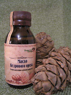 кедровая шишка и бутылочка с маслом