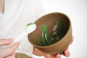 маска для лица в миске с ложной