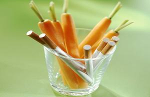 морковь и сигареты в прозрачном стакане