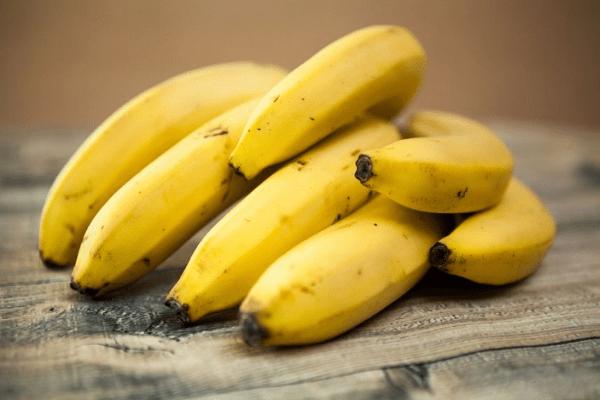 ветка желтых бананов