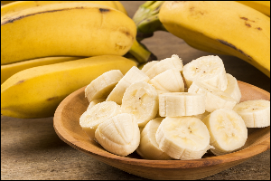 нарезанные кружочками и целые бананы