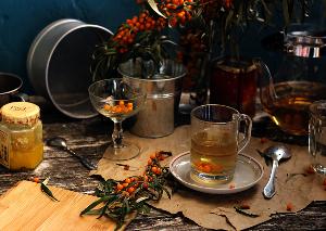фотография с медом, облепихой и чайными принадлежностями