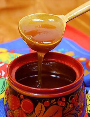 жидкий мед в деревянной баночке