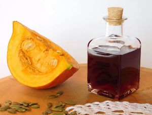 кусок тыквы и масло в бутылке