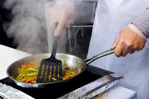 жарят овощи на сковороде