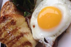 жареное яйцо и мясо