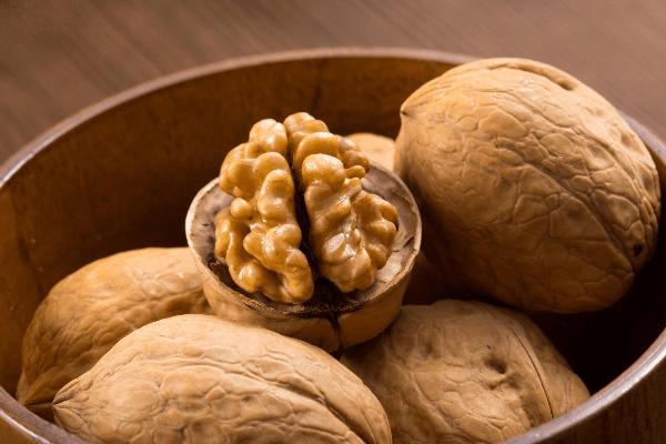разломанный грецкий орех