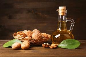 грецкие орехи в скорлупе, листья и масло