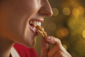 женщина ест грецкий орех