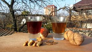 настойка из грецких орехов в рюмках на столе