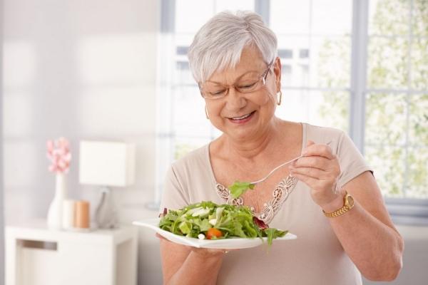 женщина и овощи на тарелке