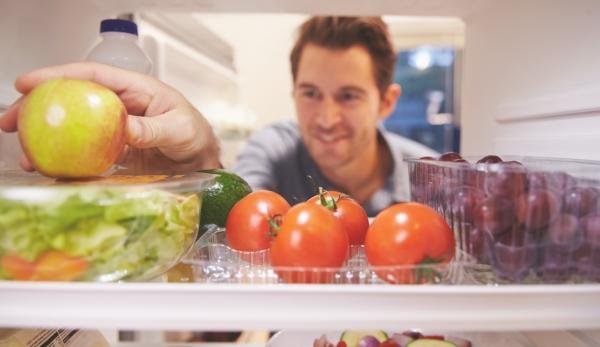 мужчина у холодильника с продуктами