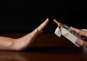 женщина рукой отказывается от сигарет