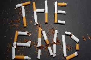 надпись из поломанных сигарет