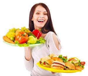 девушка с двумя наборами продуктов