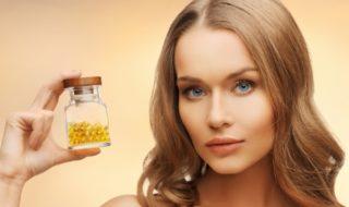 девушка держит витамины