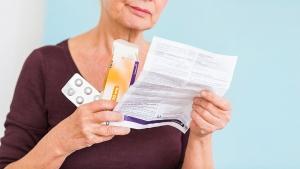 женщина читает инструкцию лекарства