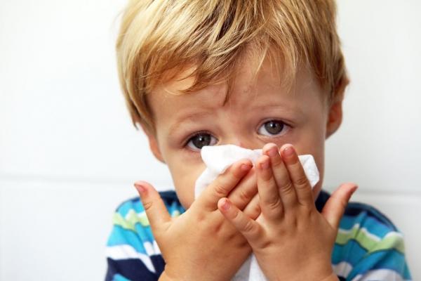 ребенок держит платок у носа