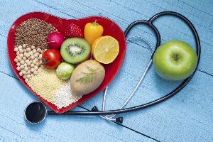 полезные продукты и стетоскоп