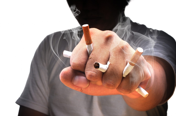 силуэт мужчины в кулаке сжимает сигареты