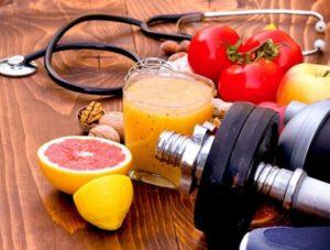 гантели, продукты и стетоскоп