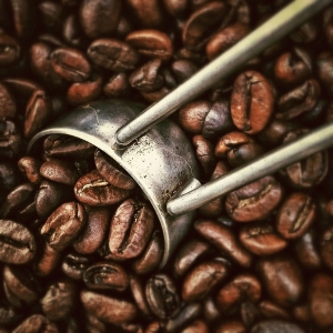 кофейные зерна и металлическая ложка