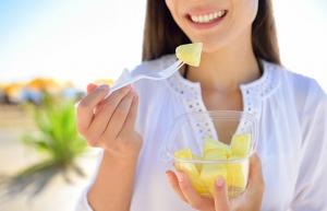 девушка ест ананас