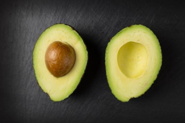 разрезанный пополам авокадо