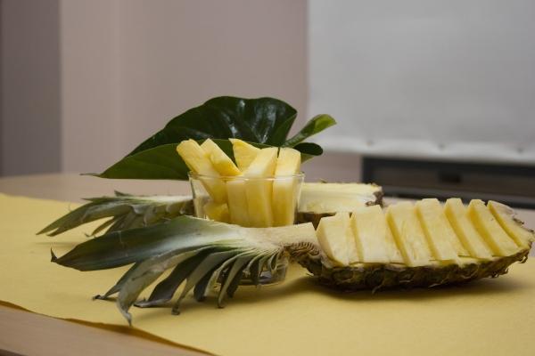 нарезанный на кусочки ананас