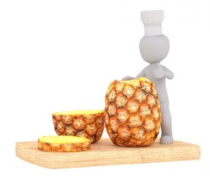 разрезанный ананас и белый человечек