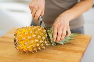 ананасу отрезают листья