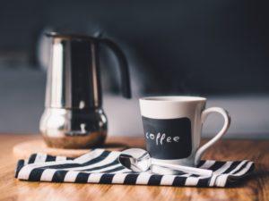 турка, кофе, кофейная чашка и ложка