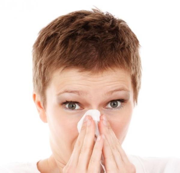 женщина держит платок у носа