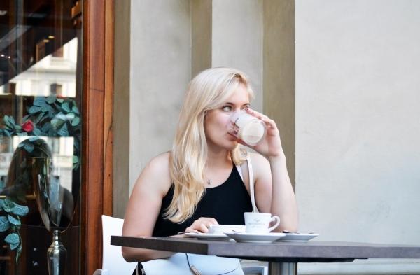девушка пьют кофе за столиком