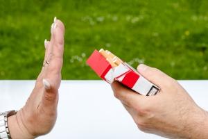 жестом отказываются от сигарет