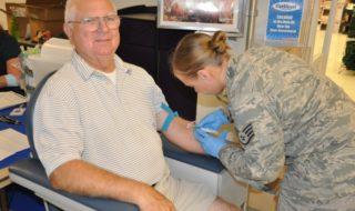 у пожилого мужчины берут кровь