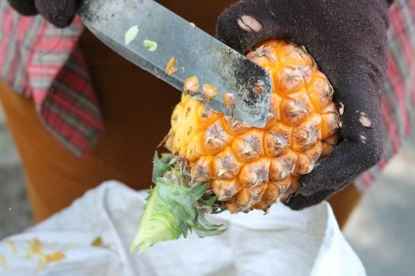 чистит ананас