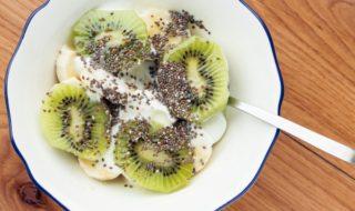 бананы, киви, семена чиа в тарелке
