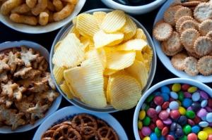 чипсы, конфеты и печенье