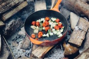 сковорода на костре с овощами