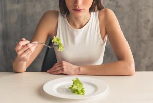 девушка ест лист салата