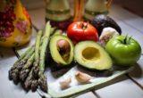 авокадо, помидоры, спаржа и чеснок