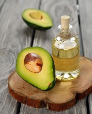 половинки авокадо и масло в бутылочке