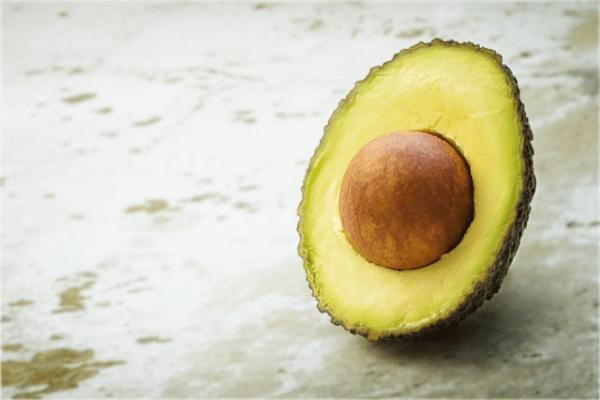 половинка авокадо с косточкой