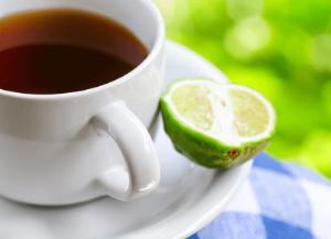 чашка чая и половинка бергамота